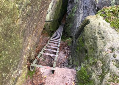 Cesta dolů vede po žebříku.