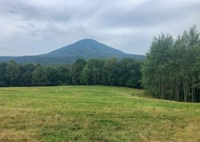Nehezky vysoký kopec (asi Růžovský vrch?)