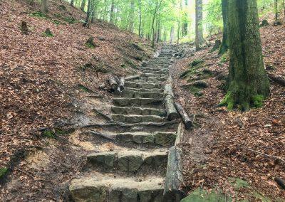 Kamenné schodiště. naštěstí ho jdu dolů...