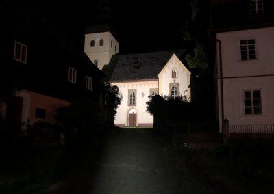 Obec Chřibská s hezky nasvíceným kostelem